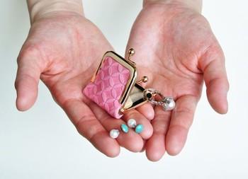 手染めのがま口ジュエリーケースです。小さながま口パーツを使えば、こんな可愛いアイテムも作ることができます。