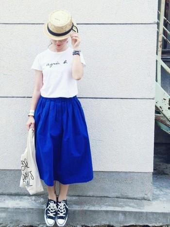 Tシャツ+ふんわりギャザーのシンプルコーデに、ナチュラルカラーのカンカン帽を。帽子1つで夏らしいとってもオシャレなコーデに♪