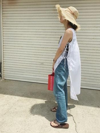 ビーチリゾートに持っていきたい、大きなツバのフリンジ麦わら帽子。柔らかくウェーブするツバが、ラフなスタイルに良く似合います。