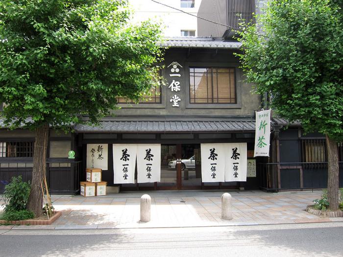 『一歩堂茶舗』は300年以上の歴史を持つ、老舗お茶屋さん。その京都本店には喫茶室「嘉木(かぼく)」が併設されていて、美味しい日本茶を自分で淹れて飲むことができるんです。