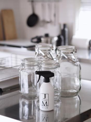 自家製シロップを作るときは、瓶や器具などの消毒、殺菌を心がけます。耐熱の煮沸できる瓶は、大きなお鍋で煮沸して、しっかり乾燥させてから使います。煮沸できない瓶については、スプレータイプのキッチン用アルコール消毒剤を使って消毒しておきましょう。