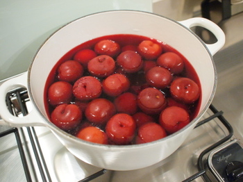 果物とお砂糖を一緒に火にかけて溶かしていくという方法もあります。しっかりと火を通すことで、果物が発酵するのを防ぐこともできますね。