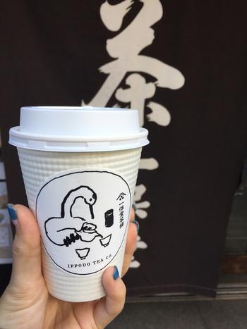 テイクアウトのメニューは、その時期によって変わりますが、ほうじ茶や煎茶、玉露など、茶葉から厳選された美味しい日本茶。アイスとホットから選ぶことができます。こちらの鶴がお茶を淹れているイラストも、なんともキュートですね♪