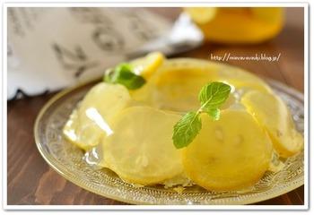 漬け込んでおいたレモンスライスが外側にくるようにアレンジすると見た目が可愛く仕上がります。ミントの葉を飾って、おめかしするとより美味しそうに見えます。