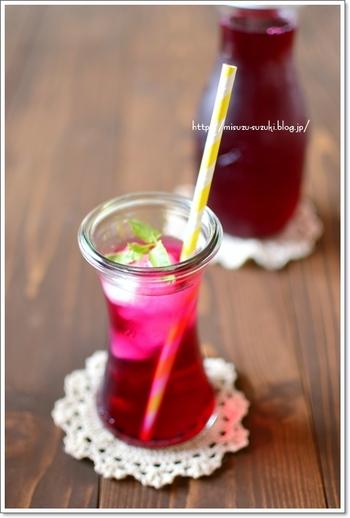 赤紫蘇シロップのドリンクは、赤紫色がとてもきれいです。しましまストローをさしたら、お洒落なおうちカフェの完成です。