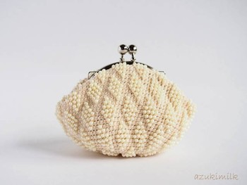 ポコポコとした立体感が可愛らしいビーズ編みのがま口。バニラ色が優しい雰囲気ですね。