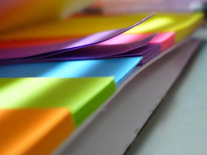 自分の手帳をより見やすく使いやすくするのに付箋やマスキングテープ、シールが大活躍します。予定がまだ定まっていない時は付箋に書き込んで定まってから手帳に記入するのも良いですし、付箋でなくマスキングテープを切って付箋がわりに使っても良いですね。記入欄を目立たせるのにもマスキングテープは最適です。シールを手帳に貼って目印を作るのもいいでしょう。手帳は自分しか見ないものですので、はっきりわかりやすくカスタマイズするのが一番です。付箋やマスキングテープ、シールはとにかく種類が豊富でそれらを見ているだけで楽しくなります。それらを手帳に活用しましょう。