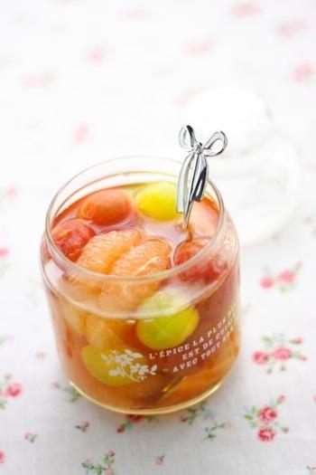 湯剥きしたミニトマトはつるりとして、まるで果物のようなフレッシュさです。ピンクグレープフルーツを丁寧に剥いてあげると、仕上がりが美しくなりますね。