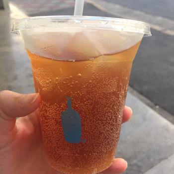 アイス用カップにも同様に、かわいいブルーボトルのロゴが入っています。