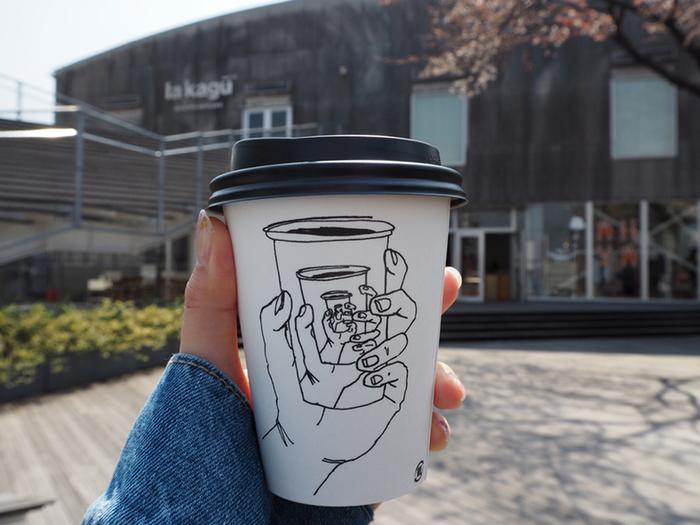 思わず持ち歩きたくなるような、おしゃれでかわいいデザインのテイクアウト用カップ。コーヒーが美味しいのはもちろんだけど、スリーブやパッケージがかわいいのってやっぱり嬉しいですよね♪ 今回は一緒にお散歩したくなる、おしゃれなコーヒー屋さんのテイクアウト用カップをご紹介します。