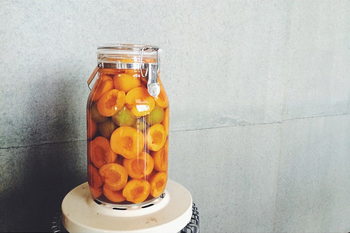 切り口を外側に向けたり、さまざまな果物を組み合わせたりして、魅せる自家製シロップ作りを心がけると素敵なキッチンのインテリアにもなりますよ。