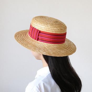 カンカン帽は、日本では昔、男性の正装として認められていた伝統ある形。被るだけでクラシカルで上品な印象に◎ 夏らしい軽快さも感じさせてくれるファッションアイテムです。