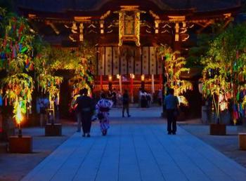 史跡御土居のライトアップが美しい北野天満宮。 期間中、夜間拝観を行っているので、光に照らされた笹に囲まれながら、お参りができます。
