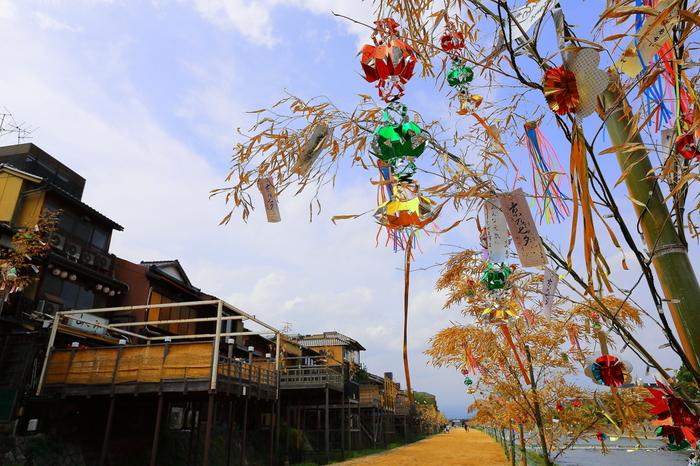 京都名物とも言える川床が並ぶ鴨川沿いに、数多くの笹が並びます。 明るい時間帯でも、納涼祭などが行われ楽しめるのですが、やはりオススメは日が落ちてから。