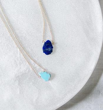 こちらはメキシコの伝統的な方法を使用して作られる、鉱石を薄くスライスしたデザインの天然石ネックレスです。海を思わせる深いブルーや爽やかなターコイズは、夏のファッションにぴったり。