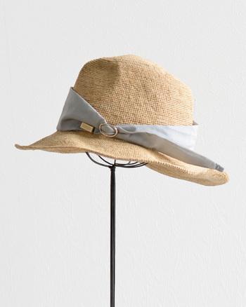 ナチュラルな素材感の中に、上質な大人っぽさのあるマニエラのリボンハット。身につけた時の心地よさ、洋服との相性を追求した麦わら帽子は、男性がかぶっても違和感のないユニセックスデザインです。