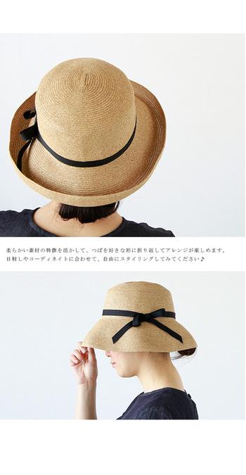 職人が手作業で編み上げた柔らかな帽子は、使わない時はコンパクトに折り畳むことも◎ 日差しが強い日にはツバを下げて深くかぶることもできますよ。