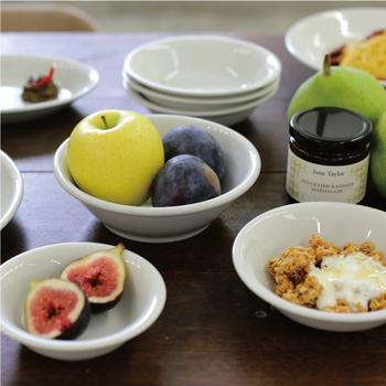 ぽってりとした丈夫でシンプルなデザインが魅力的。飽きのこないシンプルな白い食器はスープやサラダ、デザートなどいろんなお料理に使えます。ラージ、ミディアム、スモールの3サイズあるから、用途に合わせて使えますね。