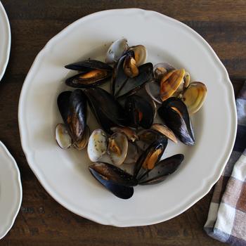 ふちにエレガントなレリーフが入っているから、いつものお料理がワンランクアップして見えます。28cmのプレートに貝をのせて。お家がまるでレストランみたいに☆