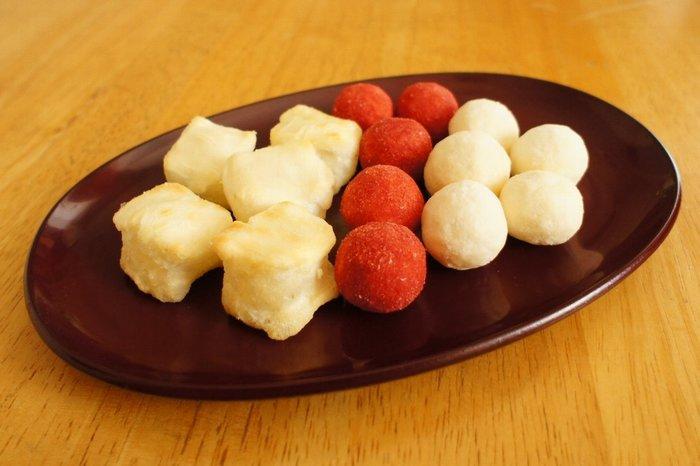 お米はヒメノモチにこだわり、焼きたての膨らんだお餅の食感と香ばしい風味を再現した「餅(mochi)」も人気です。煎茶との相性も抜群。