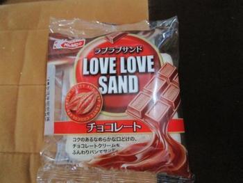日糧製パンのラブラブサンドです。  このパッケージデザインを見ると「あれ?ランチパック」じゃない?と見た目ですぐ想像できますよね。 でも北海道民からしてみると、このパッケージは「ラブラブサンド」の方がしっくりくるんです。