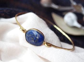 深いブルーにきらめくゴールドの輝き…夏の夜空を思わせるこちらは、大きなラピスラズリを使用したバングル。