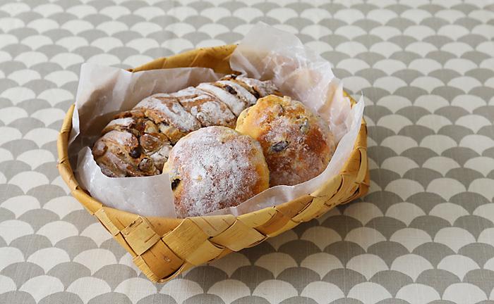 人気のパン屋さんで買ってきたパンや、手作りパンをのせて。休日のゆったりブランチにぴったり!