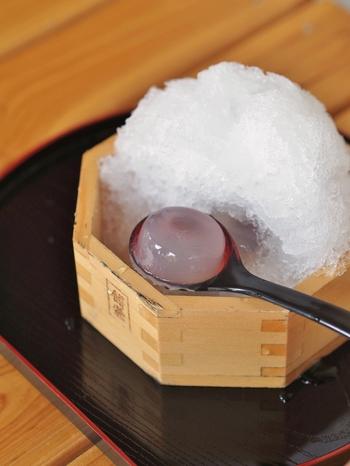 全国シェアの8割を占める大垣産ヒノキの枡にたっぷり盛られたかき氷の下から、葛粉とわらび粉からつくられた水まんじゅうが現れる仕掛け*