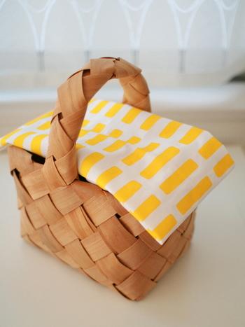 上からお気に入りのテキスタイルの布をかければ目隠し代わりにもなります。見せる・見せないの使い分けを。