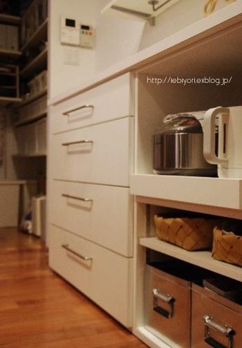 キッチンの収納にも大活躍♪浅めのカゴは、隙間収納にピッタリです。