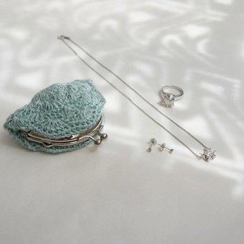 爽やかミントブルーのかぎ針編みの小銭入れ。夏はコットンやエコアンダリアなど涼しげな素材で作るのもいいかもしれませんね。