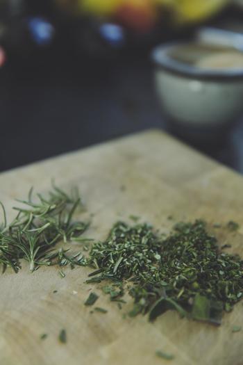 料理でも使われる身近なハーブの代表、ローズマリー。手に入りやすく、また丈夫なので育てやすいハーブです。おうちで育てて、料理やリース作りにたくさん活用したいですね!