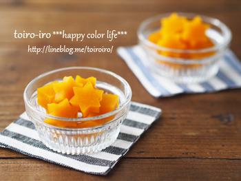 色鮮やかなオレンジのマンゴーグミは、フルーツピューレを使用しています。夏にぴったりのトロピカルな味わいを楽しんで。