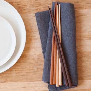 持ち手は八角形、箸先は四角形という、使いやすさを極めたつくりのお箸です。箸の素材は「鉄刀木」「クメア」「桜」の3種類。表面には蜜蝋をすり込んであるので、上品なツヤがあります。