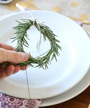 次に、ワイヤーを軸にして、ローズマリーをくるりと丸めます。