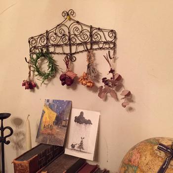 小さめのリースは、雑貨やドライフラワーと一緒に飾ってみるのはいかがでしょうか。アンティーク風のワイヤーラックに飾れば雰囲気たっぷり!