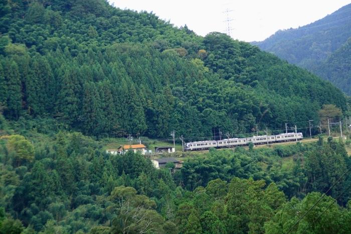 世界遺産の霊場、高野山へ乗り入れる南海高野線沿線の上古沢駅は、1928年に開業された高野山麓に位置する駅です。大阪市内有数の繁華街、難波から容易にアクセスできるものの、人里離れた場所に静かに佇む上古沢駅周辺は紀伊山地の豊かな自然が広がっています。