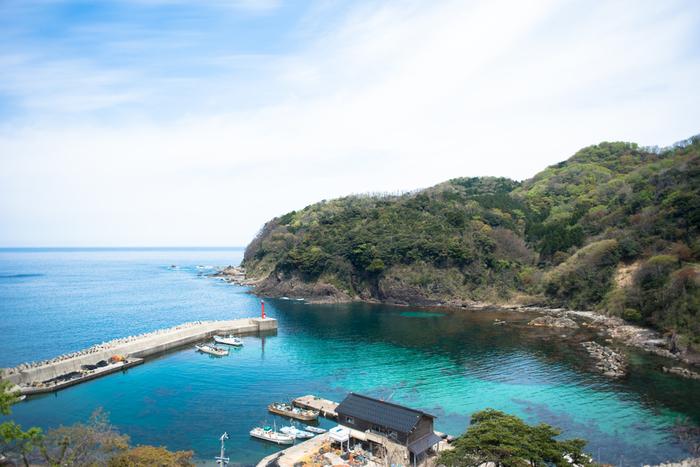 駅構内からは、日本海と小さな漁港を一望することができます。