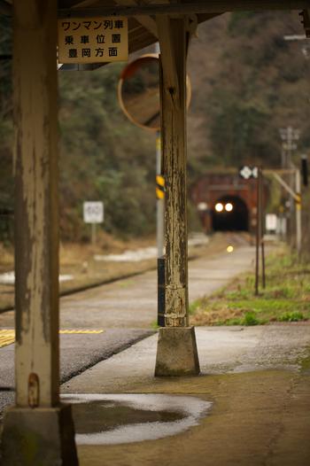 ホームに小さな屋根を支える古い木製の柱は、駅開業から100年以上経つ歴史を静かに刻み続けています。