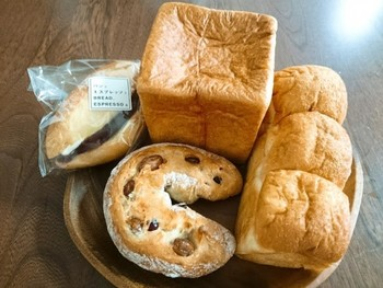 人気商品のムーをはじめ、素材やクオリティにこだわった、個性豊かなパンを豊富に取り揃えています。イートインではフレンチトーストのほかにも、注文を受けてからプレスして、アツアツを提供してくれる「パニーニ」も人気の一品。パンの奥深い魅力を発見できる素敵なカフェです☆