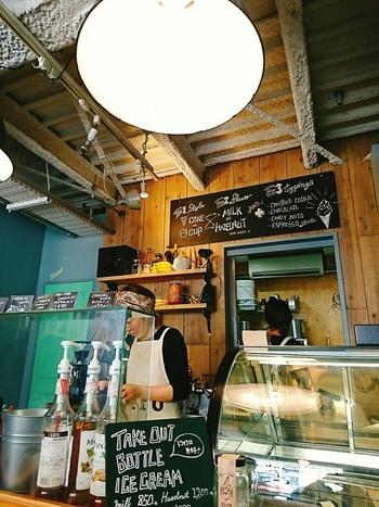 """大阪の中でもおしゃれエリアとして人気の""""北堀江""""に店舗を構え、店内は淡いカラーを基調とした大人可愛い雰囲気。まるで外国のカフェのようなおしゃれな空間で、お店自慢の美味しいソフトクリームがいただけます。"""