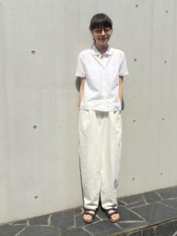 ホワイトといっても、素材によって微妙にトーンが異なります。オールホワイトコーデは、服の素材感を際立たせてくれる涼しげで夏らしいコーディネートです。