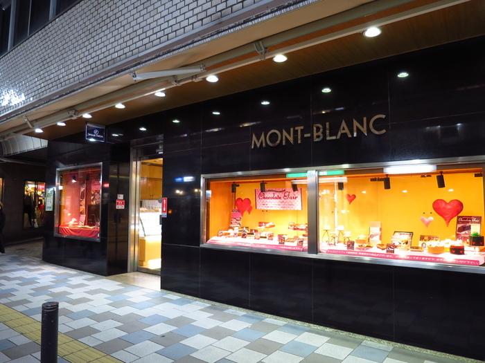 このラグジュアリーな外観、ブランドショップのようですね?自由が丘駅より徒歩2分、1933(昭和8)年創業の老舗洋菓子店「モンブラン(TOKYO JIYUGAOKA MONT-BLANC)」です。日本で初めてモンブランを作ったと言われています。