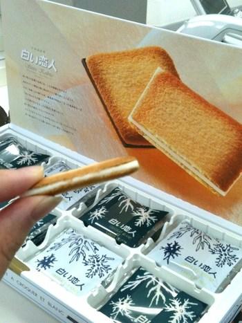 北海道といえば、「白い恋人」もう定番過ぎて、北海道旅行=白い恋人という方程式があるかのように、飛ぶように売れていますね。 食べ慣れているけど喜ばれる、安心お土産です。