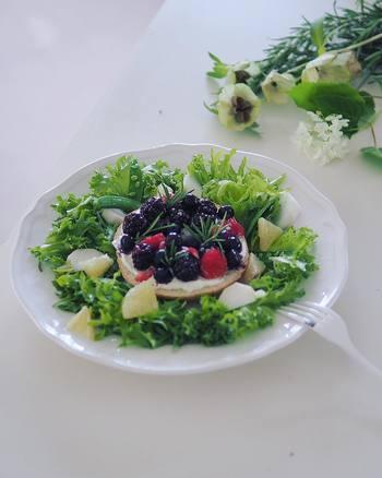 フレッシュなグリーンサラダの真ん中にベーグルのオープンサンドを置いたら、森の中のピクニックみたいになりました。小粒のベリー類は小さな宝石のようでとてもキュートです。