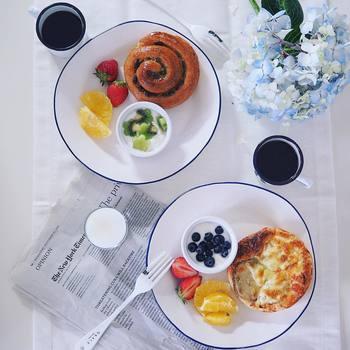フルーツとパンとヨーグルトというシンプルなプレートなのに、色鮮やかで元気が溢れる雰囲気です。キウイがお花のかたちにカットしてあるのも面白いですね。キウイは、グリーン、白、黒と色味が豊富で、スライスしたときの見栄えの良さが便利な果物なので常備しておくといいですね。