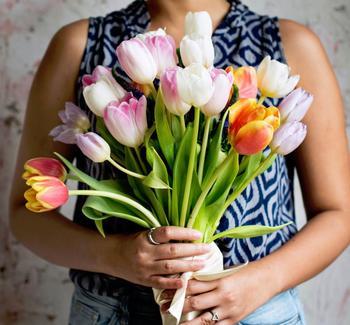 花や植物の効果ってとても不思議です。フラワーセラピーという言葉もあるくらい、花や植物をお部屋に飾るだけでお部屋の雰囲気がガラッと変わりリラックス効果や癒し、そして何より植物や花が持つ生命力というパワーを感じるはずです。