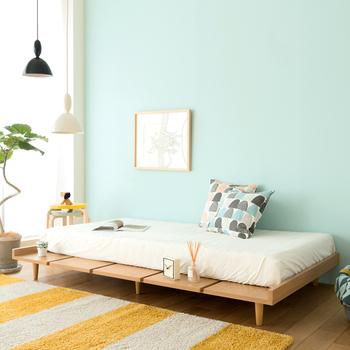 ローベッドは昼間はベッドリネンを片づけてしまい、ソファー代わりに使えます。ワンルームのお部屋でも、お友達と集まれるからうれしい!