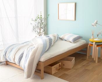 狭いお部屋でも快適に暮らすなら、ミニマルな家具は必須です。椅子やテーブルも一人用のコンパクトなものを。圧迫感のないローベッドなら、思い切ってベランダへ続くドアの前に置いてしまうことも可能です。