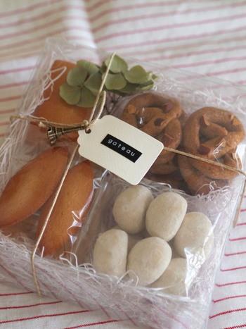 お菓子の詰め合わせにはタグと小さなメタルチャームを取り付けて。プレゼントする相手に合うチャームを選ぶと満足度がアップしますね。